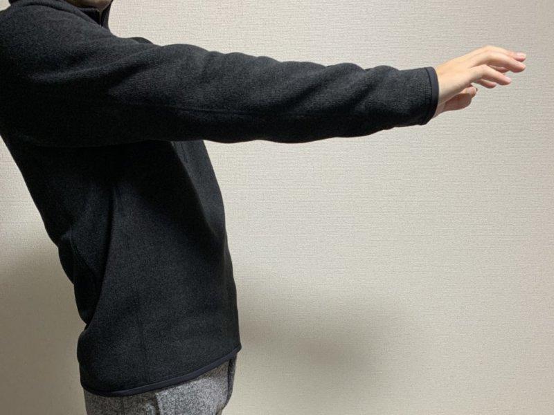 ベターセーター1/4 着画 腕伸ばし